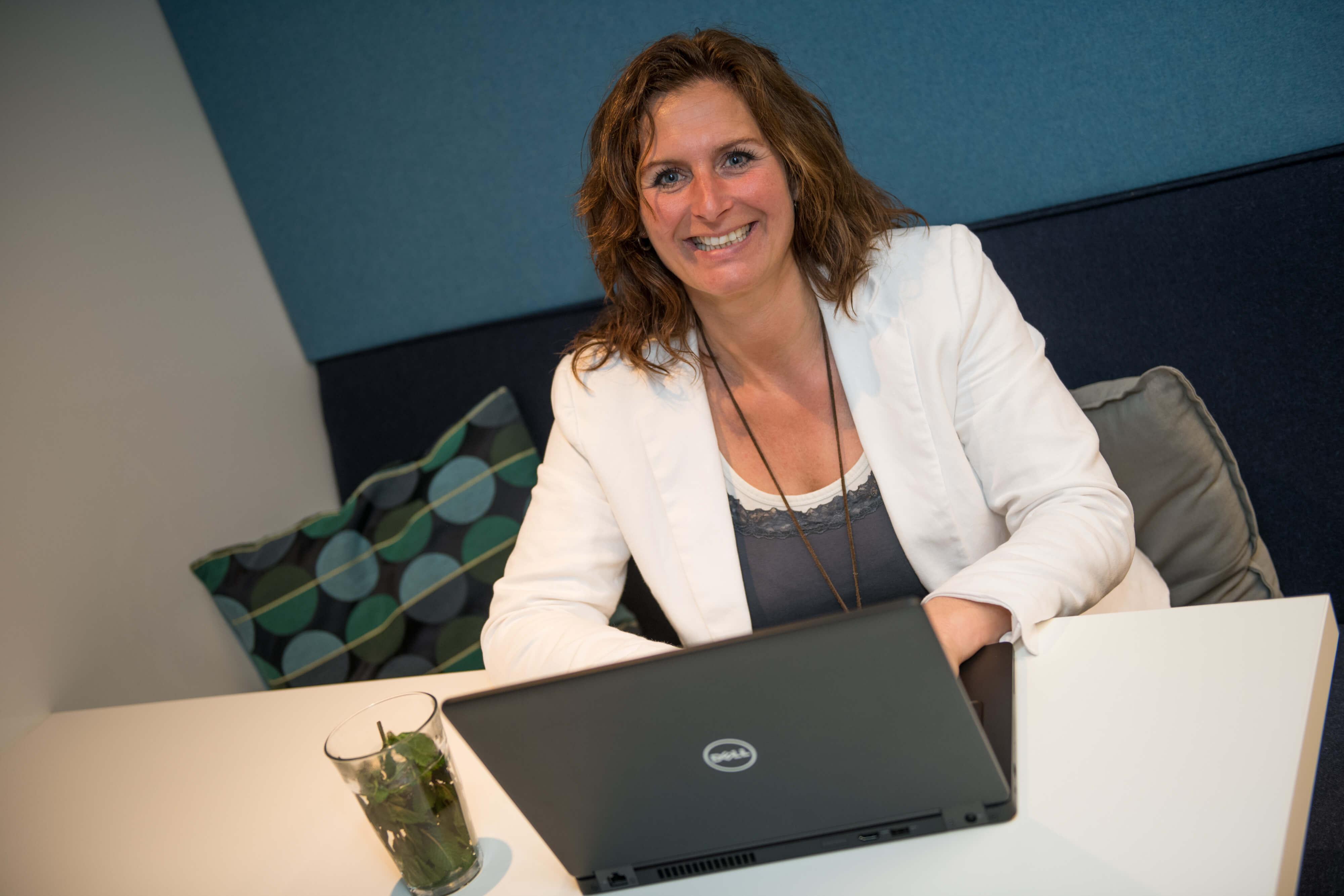 Diana van Ark achter Laptop